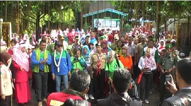 MERIAH. Penyambutan kunjungan bapak walikota Malang oleh ratusan siswa, guru dan masyarakat umum turut diliput media nasional