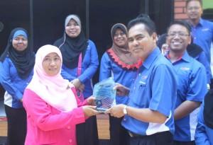 SAHABAT: Kepala TK Unggulan Al-Ya'lu menerima cinderamata dari Bapak Mohd Adnan bin Md Daud, Pengarah Jabatan Kemajuan Masyarakat Negeri Selangor Malaysia
