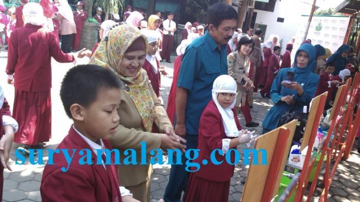 Siswa SD Unggulan Al Ya`lu saat praktek cuci tangan yang benar dipandu staff Dinas Kesehatan Kota Malang, Senin (3/7/2015. Surya) .