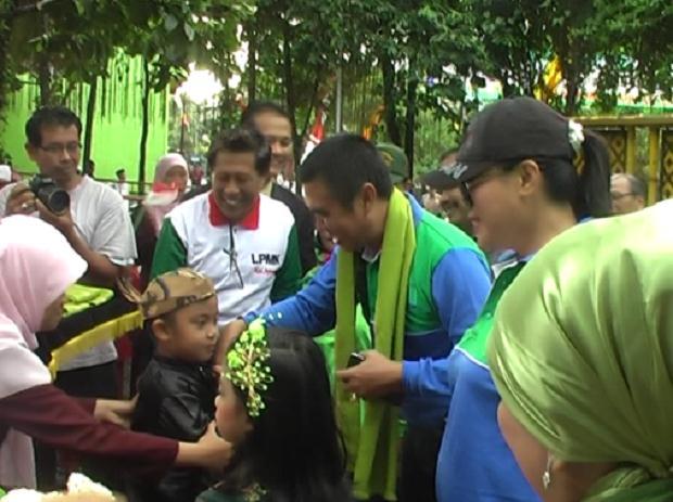 Walikota Malang Abah Anton menerima pengalungan sorban dari anak TK Unggulan Al-Ya'lu