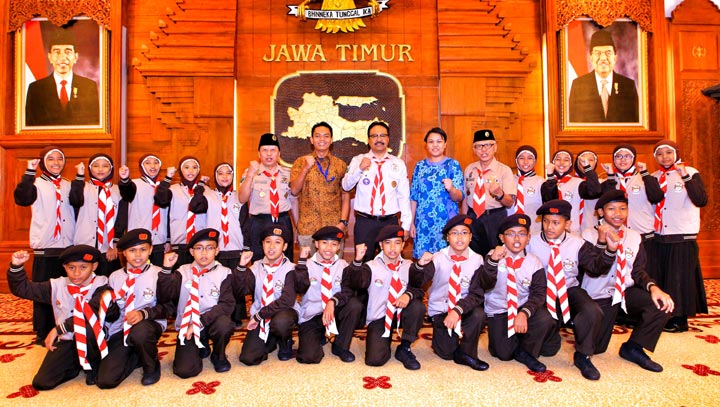 DUTA BANGSA: Pemenang East Java Scouts Challenge 2K15 dari SD Unggulan Al-Ya'lu Malang dan dan tim putri Lumajang berfoto bersama Bapak Saifullah Yusuf Wagub Jatim (tengah) yang diapit Wapemred Jawa Pos Nanang Prianto serta GM PT DBL Indonesia Masany Audri di Gedung Negara Grahadi tadi malam. (Foto: Dipta Wahyu/ Jawa Pos)