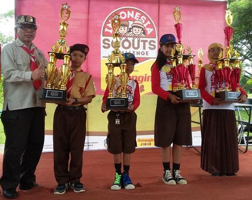 Pemimpin regu Pramuka putra SD Unggulan AL-YA'LU (kedua dari kiri) dan pinru putri (paling kanan) menerima trofi juara ISC gelombang I regional Kota Malang dari Wakil Ketua Kwarda Jatim Kak Hariadi Purwanto