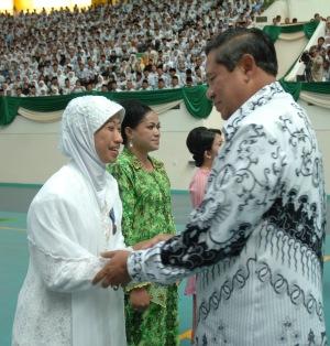 Ibu Endang Supadminingsih, SP., MP., Kepala TK Unggulan Al-Yalu sebagai Kepala TK Teladan 1 Nasional menerima Satya Lencana Pendidikan dari Bapak Presiden RI